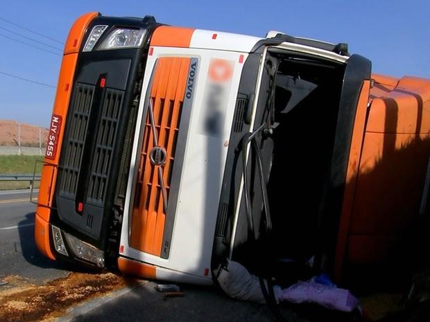 Caminhão com macarrão instantâneo tomba e deixa 5 feridos em São Roque (Foto: Reprodução/TV TEM)