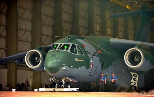 Apresentação_KC-390_ (15414135738)