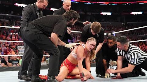 Razão pela qual Ronda Rousey não precisou de ajuda para sair do ringue após o ataque de Charlotte