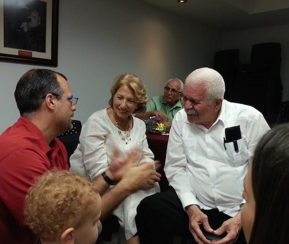 Don Rafa, con María de los Ángeles Vázquez, su amada esposa y participantes en el homenaje.