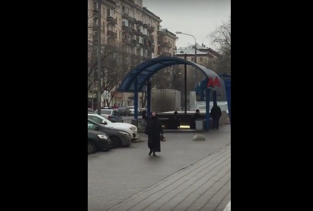 Συνελήφθη η γυναίκα που περιφερόταν κρατώντας κομμένο κεφάλι στη Μόσχα