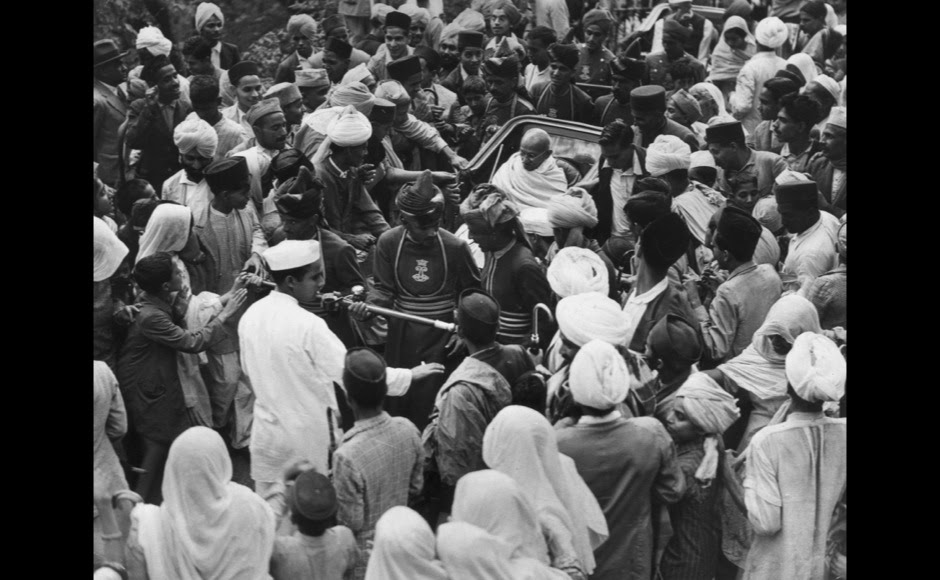 <p> Mahatma Gandhi takes a rickshaw on his way by rickshaw to the Viceregal Lodge to meet the Viceroy of India as people throng to catch a glimpse of him. Getty Images</p>