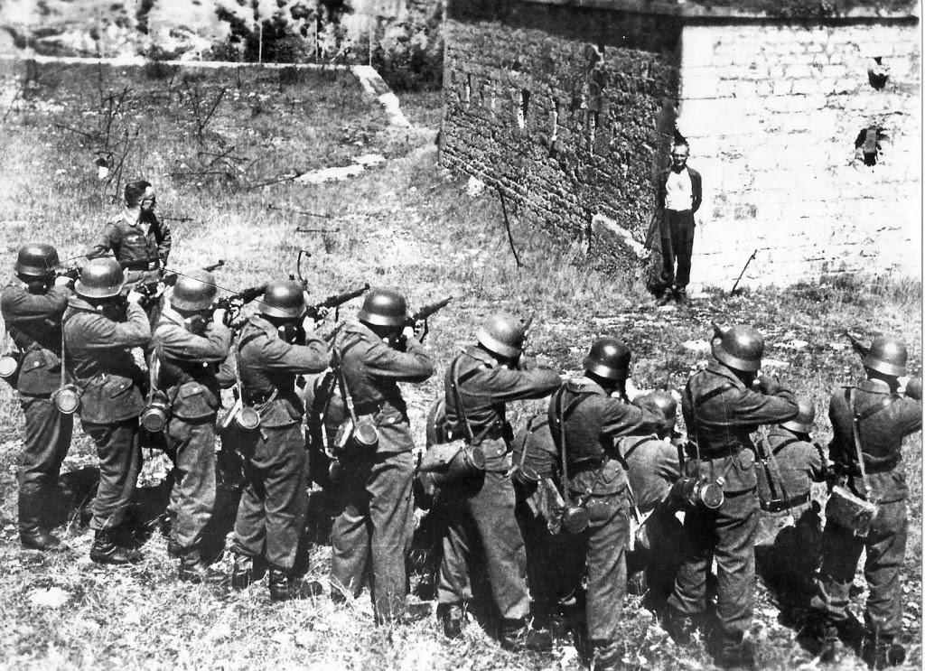 Georges Blind μέλος της Γαλλικής Αντίστασης χαμογελά μπροστά από ένα γερμανικό εκτελεστικό απόσπασμα. Οκτώβριος 1944.