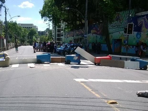 Rua foi fechada no início da tarde por moradores indignados (Foto: Lilian Quaino/G1)
