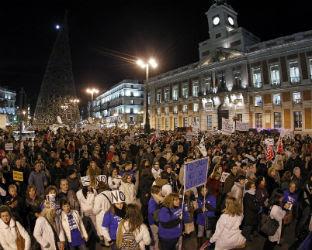 Miles de personas apoyaron la marea blanca que recorrió hoy las calles del centro de Madrid. EFE