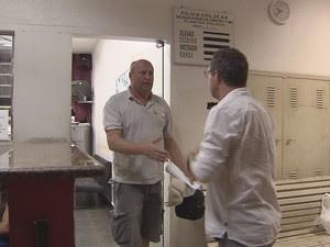 Paul agradece a tradutor por ajuda ao prestar depoimento (Foto: Reprodução / TV Tribuna)