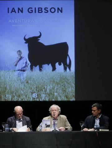 Pedro Sánchez (derecha), con Ian Gibson (centro), en la presentación del libro del estudioso 'Aventuras Ibéricas'.rn