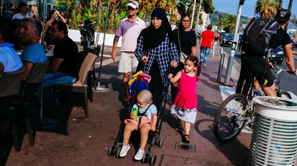 Una musulmana camina junto a sus hijos portando velo en la ciudad francesa de Niza, el pasado verano.