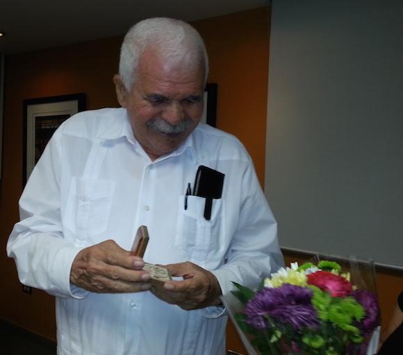 Medalla conmemorativa 500 aniversario de la Ciudad de Santiago de Cuba, otorgada a Rafael Cancel Miranda, Oscar López Rivera y Milagros Rivera.