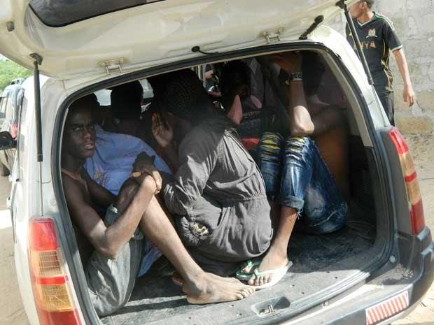 Estudantes se refugiam em um veículo durante a Universidade de Garissa. (Foto: AP Photo)