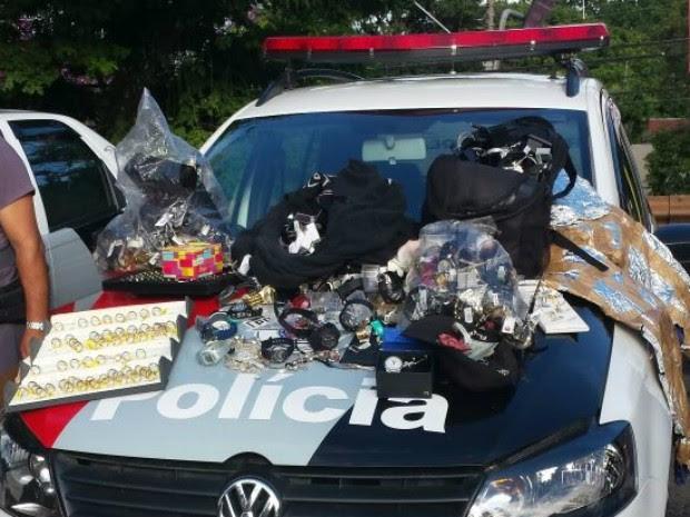 Joias foram recuperadas em carro do grupo (Foto: Divulgação/Polícia Militar)