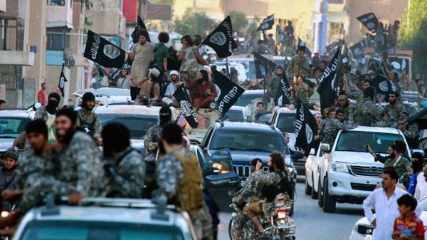 Fuerzas yihadistas durante una demostración en Raqqa (AP)