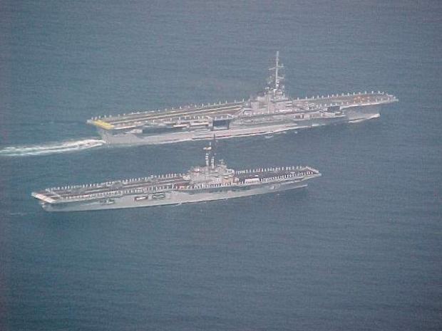 Fevereiro de 2001, acontecimento raro: NAeL Minas Gerais (A-11) e Nae São Paulo (A-12) navegam juntos.