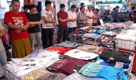 Jamaah melaksanakan shalat Jumat di selasar Blok A Pasar Tanah Abang, Jakarta Pusat, Jumat (26/7).  (Republika/Rakhmawaty La'lang)