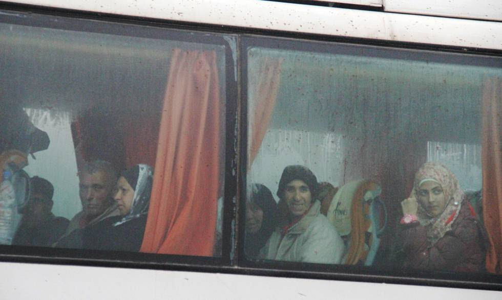 Un autobús proveniente de Fua y Kafraya llega a Rashidin, al oeste de Alepo, este viernes.