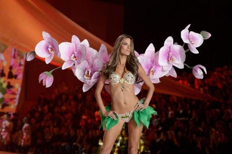 La modelo brasileña Alessandra Ambrosio desfila durante la Pasarela Victoria's Secret.   Efe