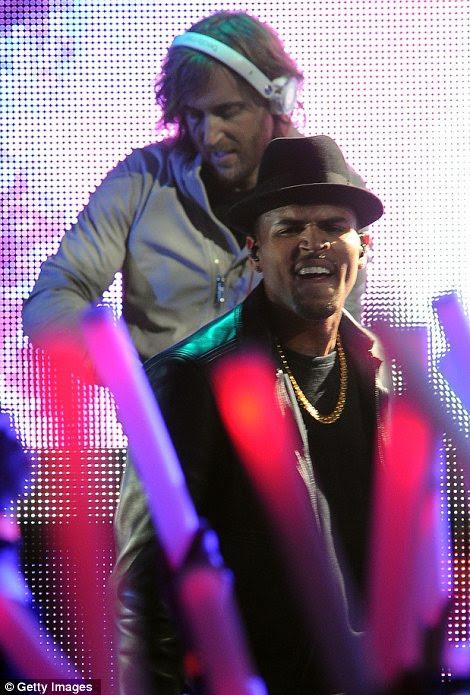 Trabalhando a multidão: David Guetta e Chris Brown também tocaram juntos na cerimônia de premiação para o deleite da platéia