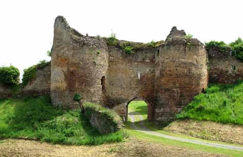 Walking in France: Remains of the fortress of Cluis-Dessous