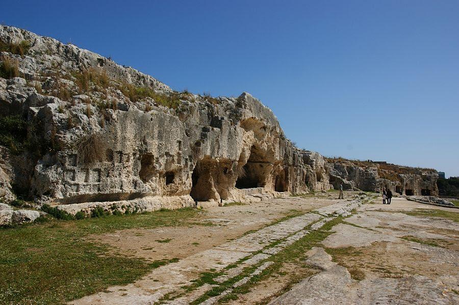 Sicilia - Scorcio della terrazza che sovrasta il Teatro Greco di Siracusa, V° sec. a.C. - Ph. Allie_Caulfield | CCBY2.0