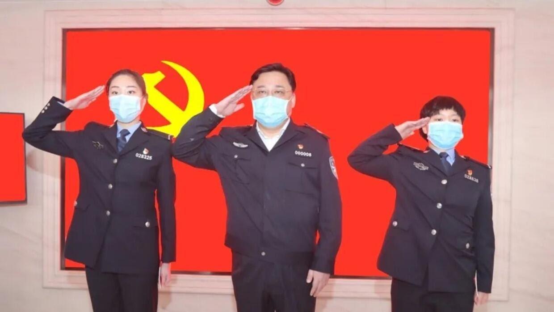 孙力军3月5日在武汉为两位女民警担任入党介绍人,图为孙力军领誓。
