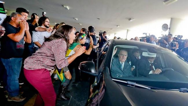 Por causa do tumulto, o motorista de José Sarney teve de levar o parlamentar até outra entrada do Congresso