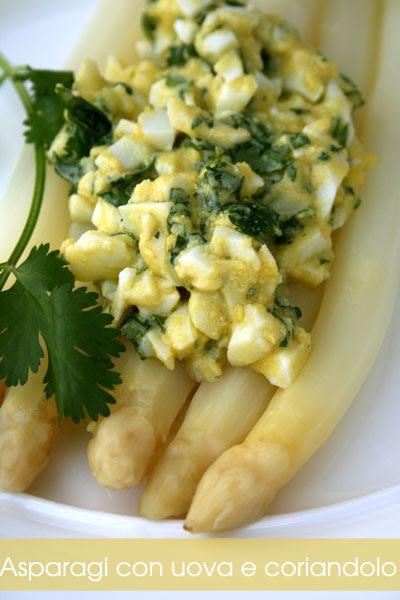Asparagi con uova e coriandolo