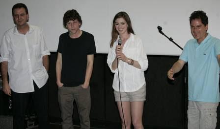 O prefeito do Rio, Eduardo Paes, Jesse Eisenberg, Anne Hathaway e o diretor de