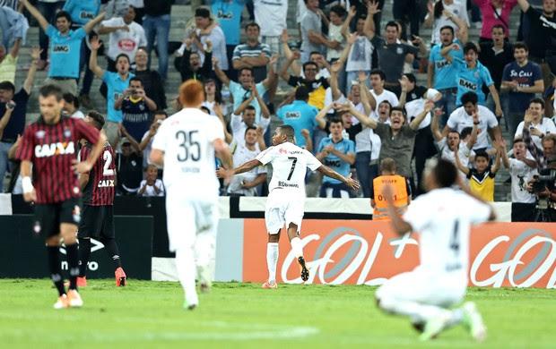 Robinho comemora gol do Santos contra o Atlético-Pr (Foto: Heuler Andrey / Getty Images)