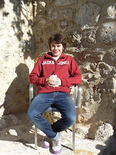 paul est assis dans le jardin.jpg