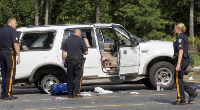 Cảnh sát New Jersey điều tra vụ bắn nhau trên xa lộ. (Hình: Dale Gerhard/The Press of Atlantic City via AP)