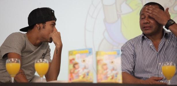 Neymar conversa com seu pai durante entrevista coletiva