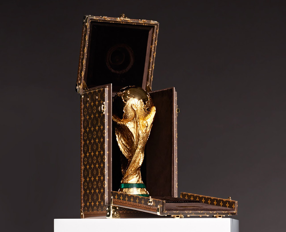 1- كلفت الفيفا بصنع بديل للكأس في بطولة 1974، استلمت الفيفا 53 عرضا تقديما من نحاتون من سبع دول.