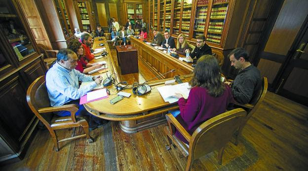 Sesión constitutiva. Primera reunión de la comisión de investigación de Korrokoitz. /  F. DE LA HERA