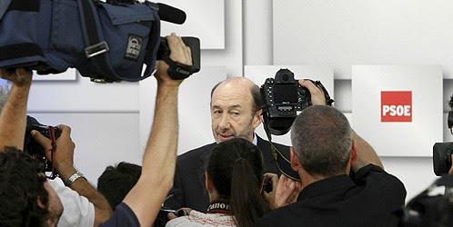Rubalcaba se atrinchera en el Gobierno pese al riesgo de 'abrasarse' para 2012