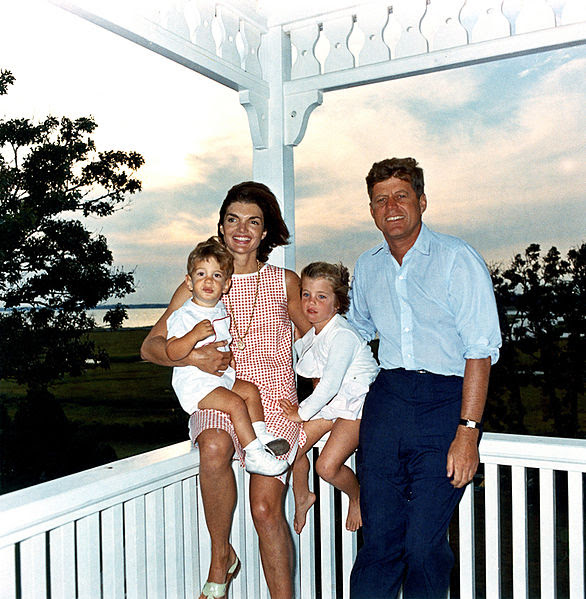 Ficheiro:JFK and family in Hyannis Port, 04 August 1962.jpg