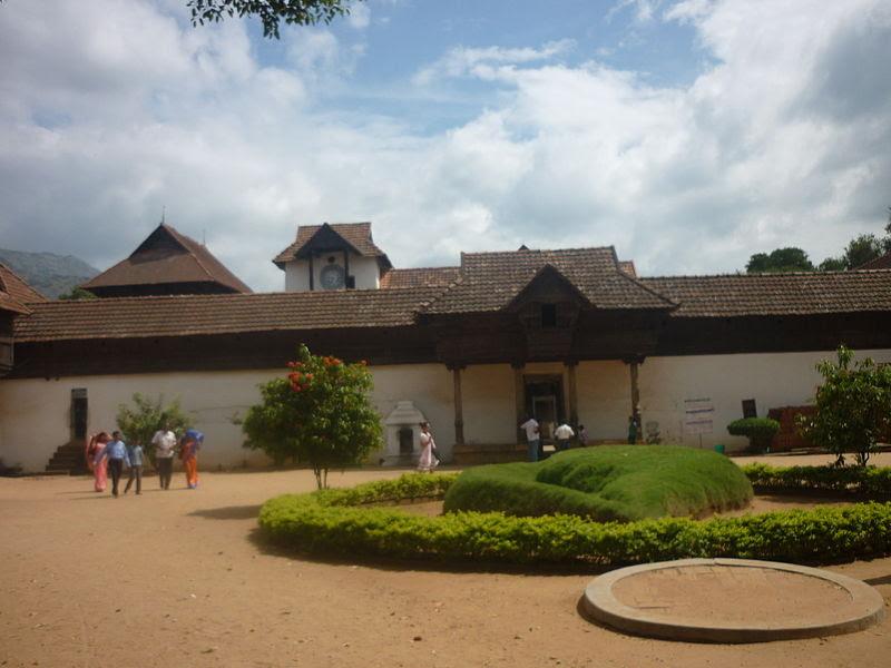 படிமம்:Entrance view of padmanaba puram opalace.jpg