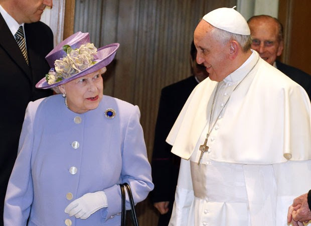 Rainha enconta o Papa Francisco (Foto: AFP)