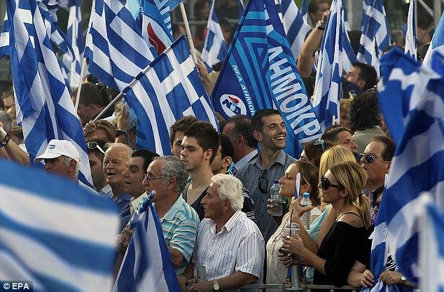 Nova Democracia: apoiantes do partido esperar por um discurso do seu líder, Antonis Samaras, durante um comício pré-eleitoral