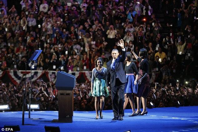 Cheers: Obama ea família foram recebidos com aplausos no McCormick Place em Chicago