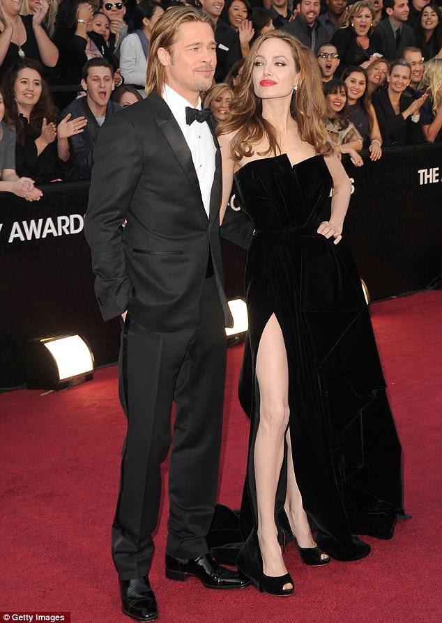 Querida, não é a minha perna direita maravilhoso?  Angelina posou uma tempestade em seu vestido de veludo preto com Brad Pitt ao seu lado