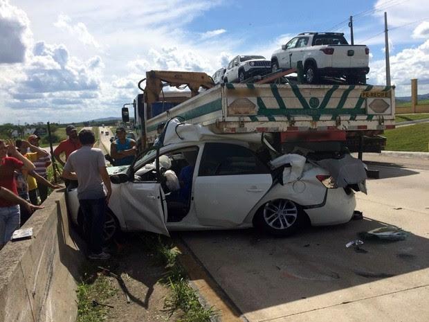 Carro bateu em caminhão e deixou mulher presa às ferragens (Foto: Itthallyne Marques/TV Asa Branca)