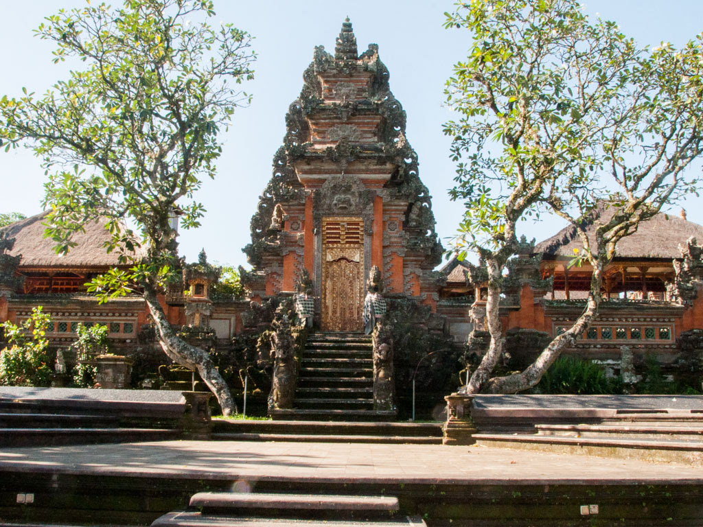 Ubud city - Ubud Palace, Pura Saraswati and Museum Pura ...