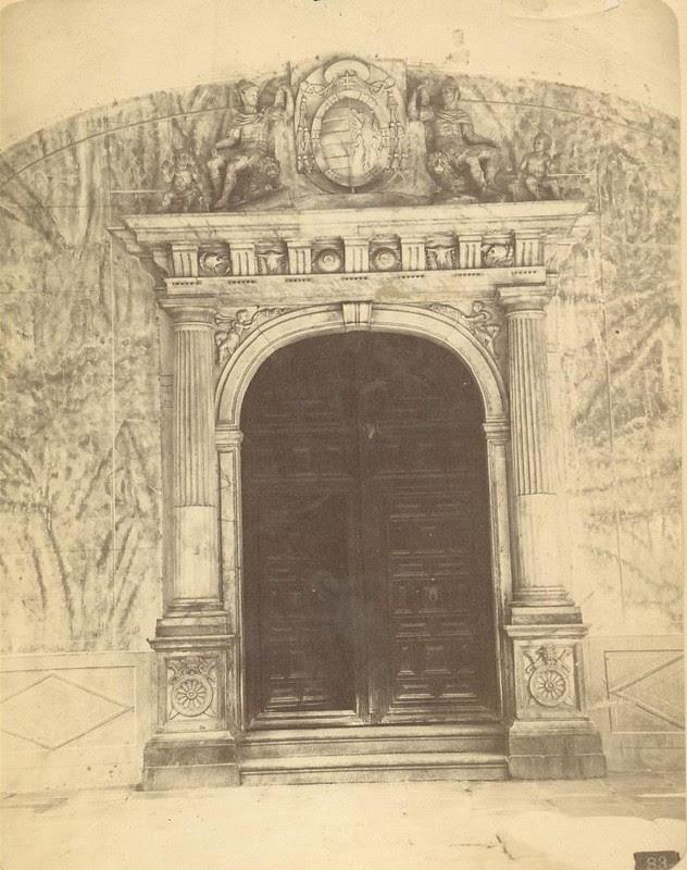 Una puerta renacentista de Toledo hacia 1875. Fotografía de Casiano Alguacil © Museo del Traje. Centro de Investigación del Patrimonio Etnológico. Ministerio de Educación, Cultura y Deporte