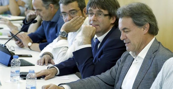 El presidente de CDC, Artur Mas, junto al president de la Generalitat, Carles Puigemont, durante la reunión que mantuvo el comité ejeutivo de la formación para valorar los resultados de las elecciones generales. EFE/Andreu Dalmau