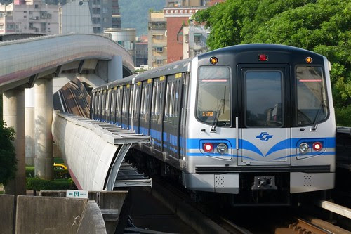 台北捷運381型電聯車與立體交叉