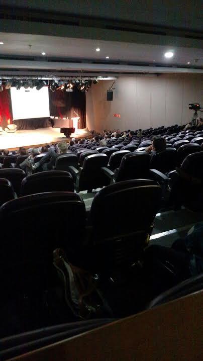 Minutos antes do juiz subir ao palco, a plateia mais vazia do que em show do Lobão