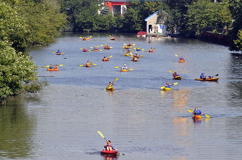 Veterans injured in Iraq and Afghanistan learn adaptive kayaking on the Chicago River