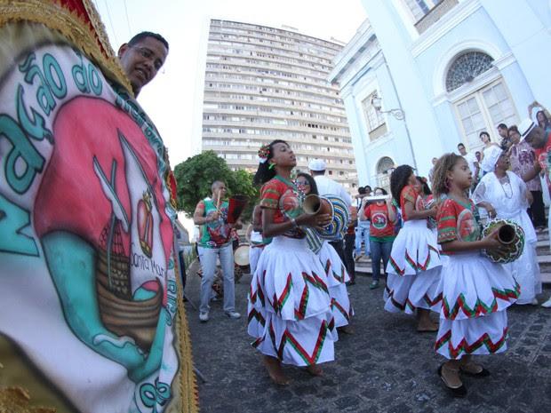 Maracatu Nação Pernambuco fez homenagem a Naná na área externa da Alepe (Foto: Aldo Carneiro / Pernambuco Press)