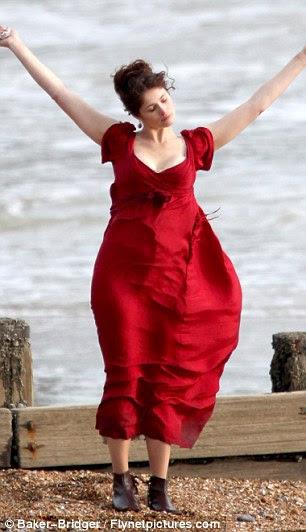 Espírito livre: Gemma, em seguida, filmou algumas cenas que vi dançando e girando ao redor na praia
