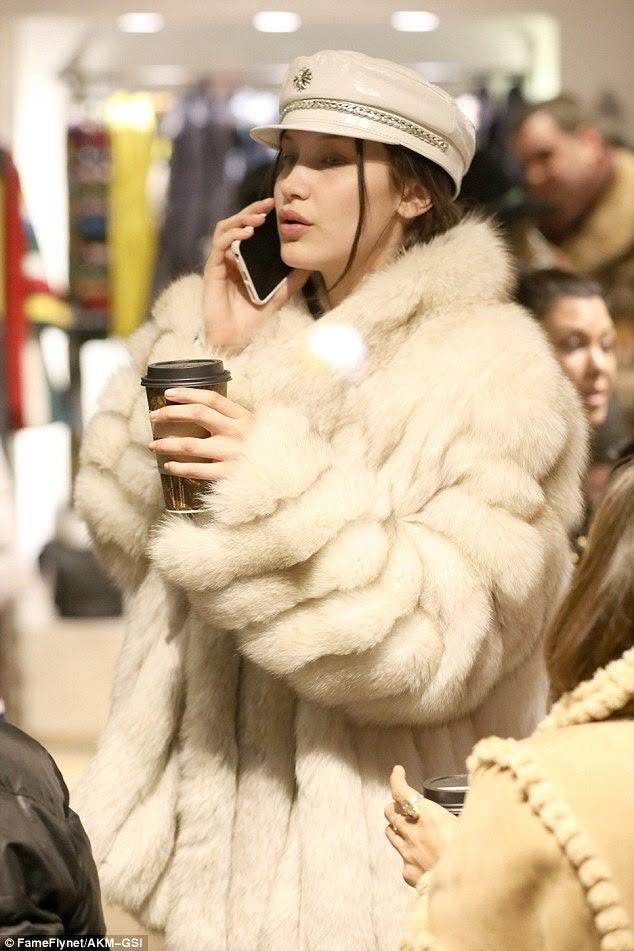 Dia movimentado: a estrela conversou em seu telefone celular enquanto ela multi-tasked